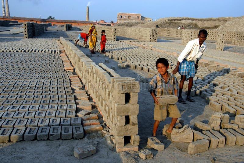Trabalhos infanteis no campo de tijolo indiano imagens de stock