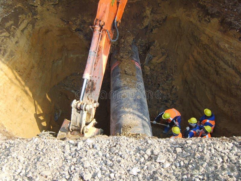 Trabalhos no oleoduto escavado-para fora fotografia de stock