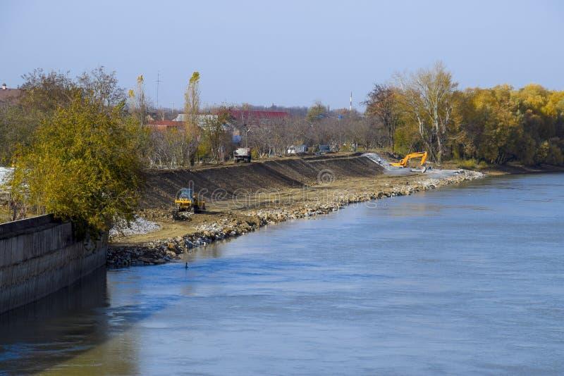Trabalhos para reforçar o rio de Berek Bancos do cascalho de Usypanie do ri fotos de stock
