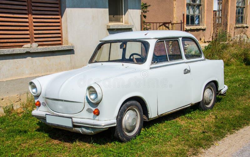 Trabant-auto voor het huis wordt geparkeerd dat royalty-vrije stock fotografie