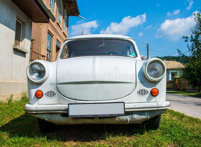 Trabant-auto voor het huis wordt geparkeerd dat royalty-vrije stock afbeelding