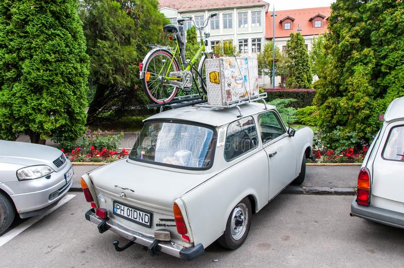 Trabant 601 med en cykel och en resväska på takkuggen royaltyfria foton