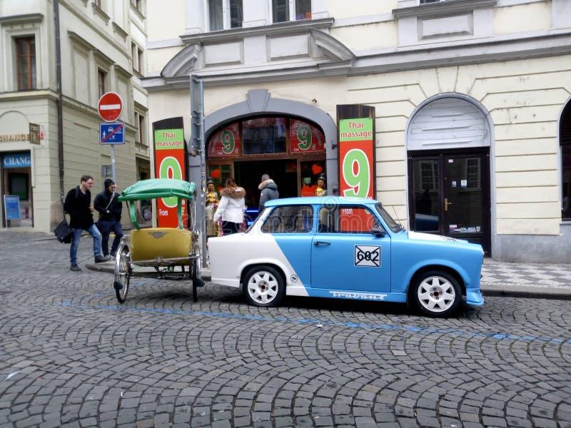 Trabant touristic bil Prague fotografering för bildbyråer