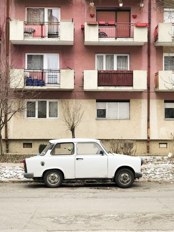 Trabant voor vlakten in Satu Mare, Roemenië wordt geparkeerd dat stock afbeeldingen