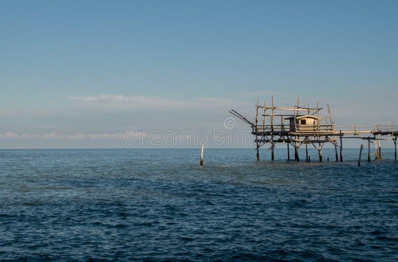 Trabocco sur la mer au coucher du soleil image libre de droits