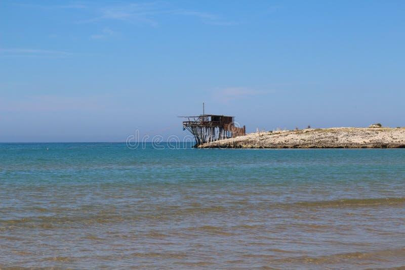 Trabucco een traditionele visserijmachine typisch van de kust van Gargano-schiereiland, Apulia, Italië royalty-vrije stock afbeelding