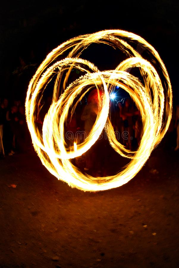 Tracce circolari del fuoco dalle giocoliere del fuoco fotografia stock libera da diritti