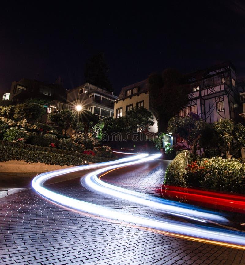 Tracce dell'automobile alla notte alla via di Lomard, San Francisco fotografia stock libera da diritti