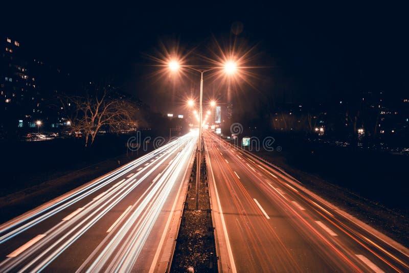 Tracce dell'indicatore luminoso sulla strada principale fotografia stock