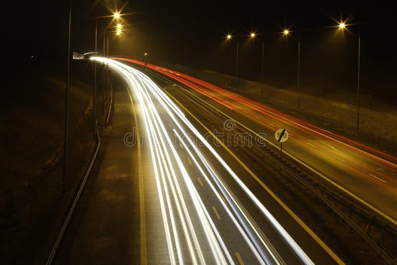Tracce dell'indicatore luminoso sulla strada principale fotografie stock libere da diritti