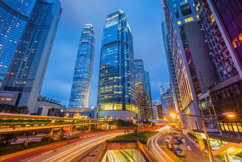 Tracce della luce dell'automobile e paesaggio urbano in Hong Kong fotografia stock libera da diritti