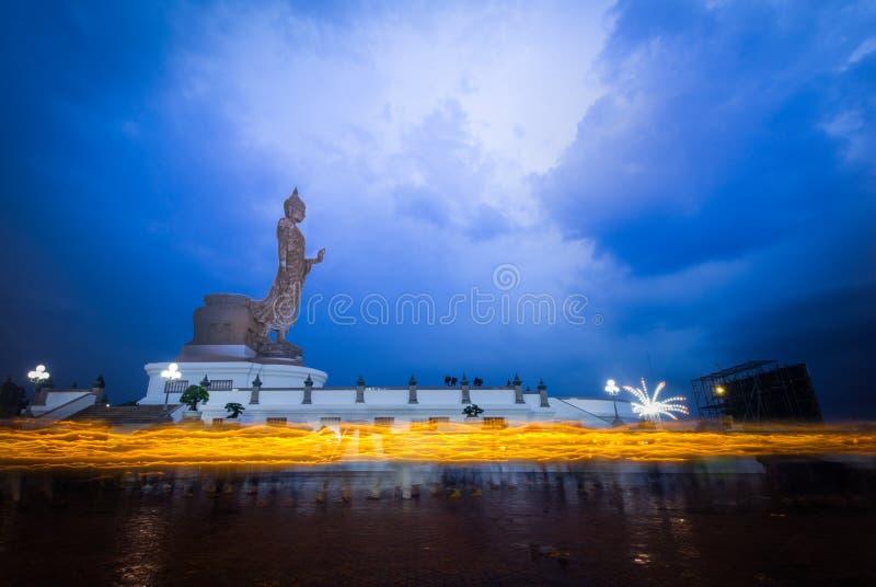 Tracce della luce della candela della gente che cammina intorno fotografia stock libera da diritti