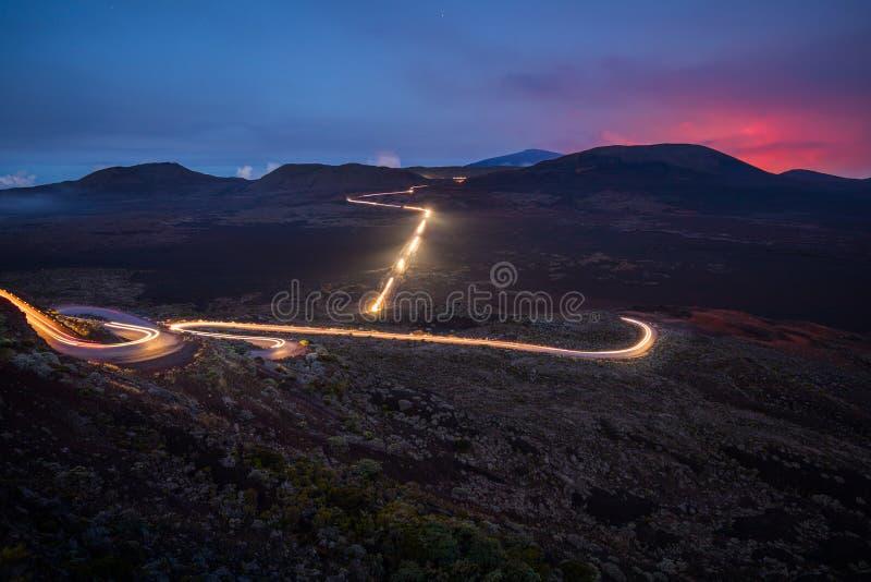 Tracce della luce delle automobili ai neri del DES di Plaine della La in Reunion Island immagini stock