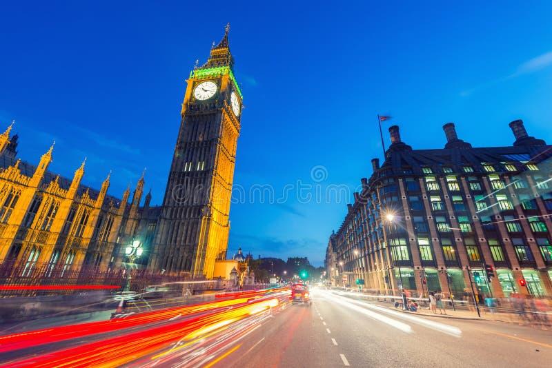 Download Tracce Della Luce Di Traffico Di Veicoli Lungo Il Ponte Di Westminster Dopo L'Unione Sovietica Fotografia Stock - Immagine di esterno, turismo: 56883838