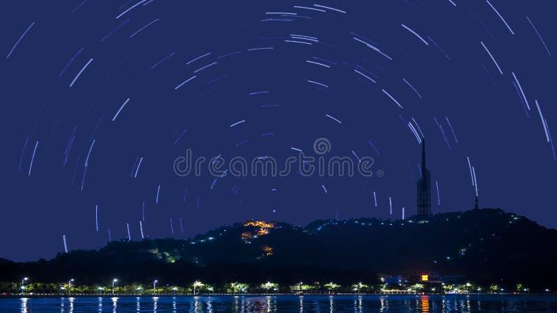 Tracce della stella in cielo notturno fotografia stock libera da diritti