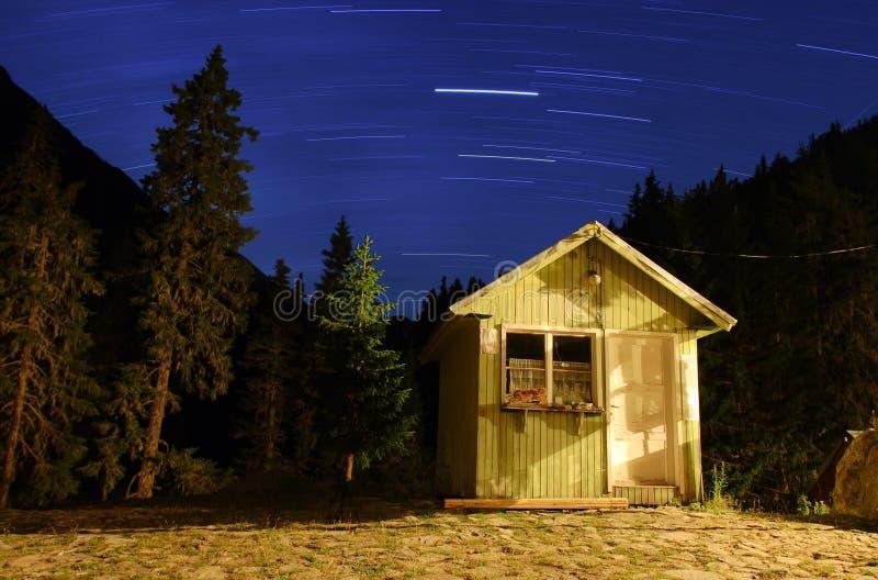 Tracce della stella e una capanna della montagna fotografie stock