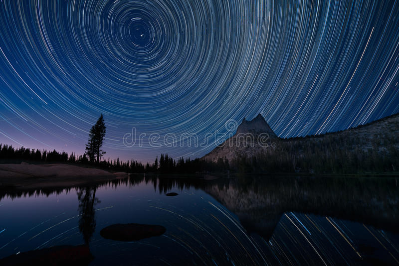 Tracce della stella sopra il lago cathedral, Yosemite fotografia stock