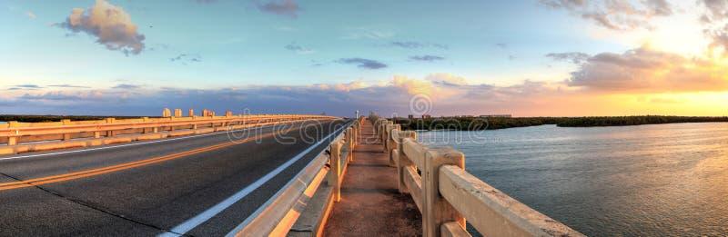 Tracce di camminata lungo il ponte lungo il boulevard di Estero, ove d'attraversamento fotografia stock libera da diritti