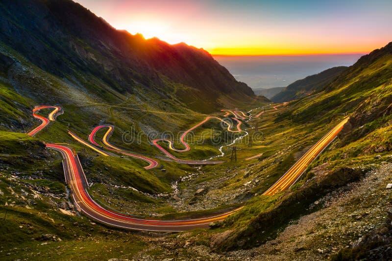 Tracce di traffico sul passaggio di Transfagarasan fotografie stock libere da diritti