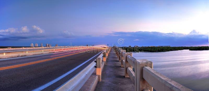 Tracce leggere lungo il ponte lungo il boulevard di Estero, attraversante immagini stock