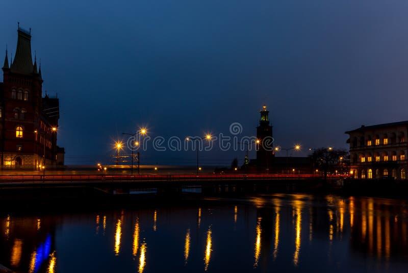 Tracce leggere su un ponte a Stoccolma alla notte immagine stock