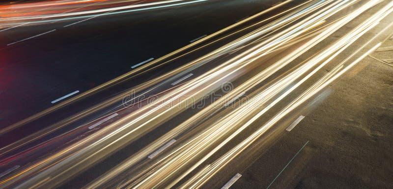 Tracce lunghe della luce di esposizione attraverso il bivio immagine stock libera da diritti