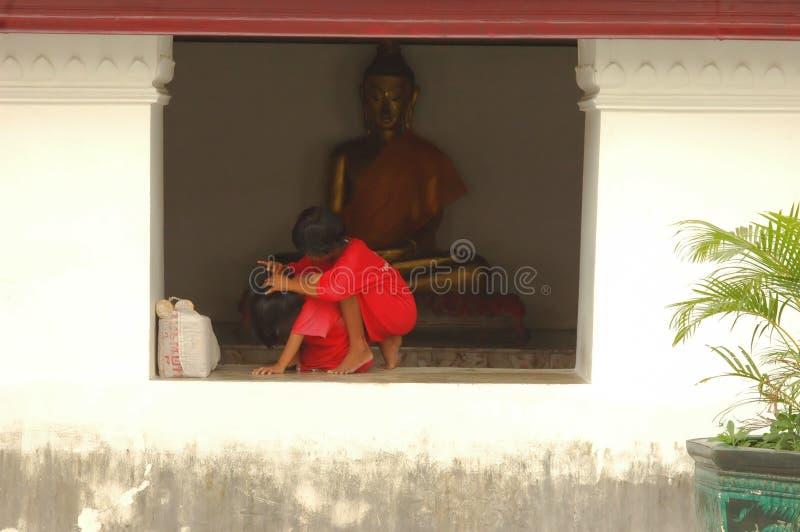 Tracción De Piojos Del Pelo De Su Amigo. Tailandia. Fotos de archivo