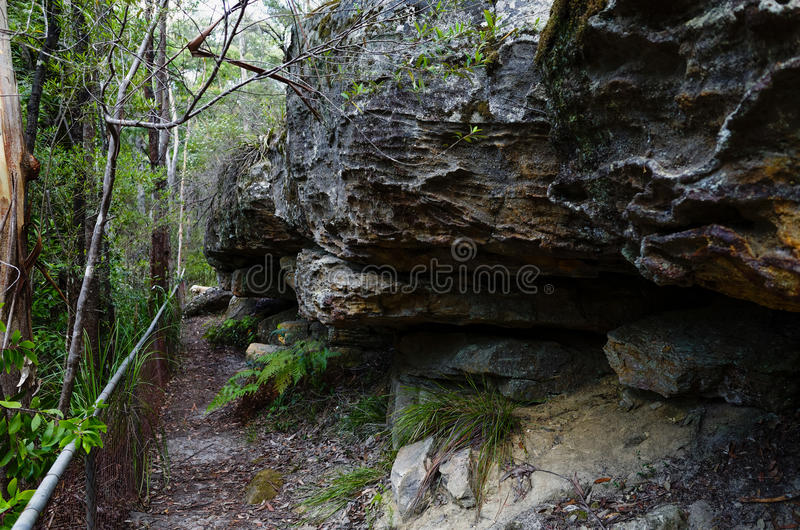 Traccia accanto alle formazioni rocciose fotografia stock