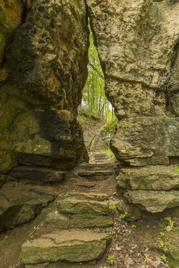 Traccia attraverso la crepa in roccia fotografia stock libera da diritti