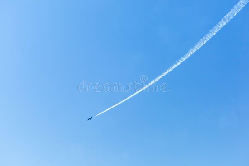 Traccia bianca di un aereo da caccia immagine stock libera da diritti