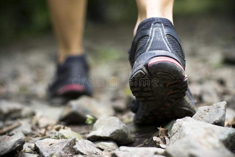 Traccia che cammina in montagne immagine stock
