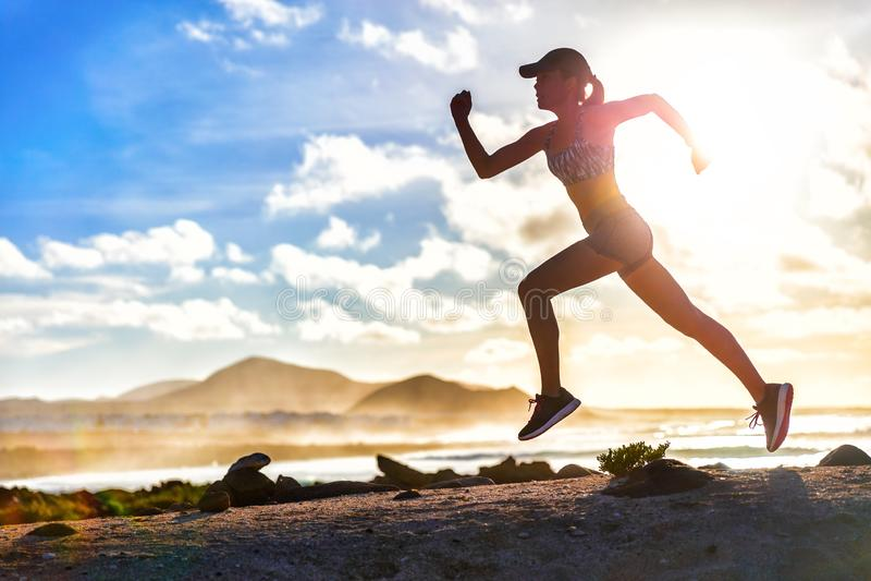 Traccia del corridore dell'atleta che corre sulla spiaggia di estate immagine stock