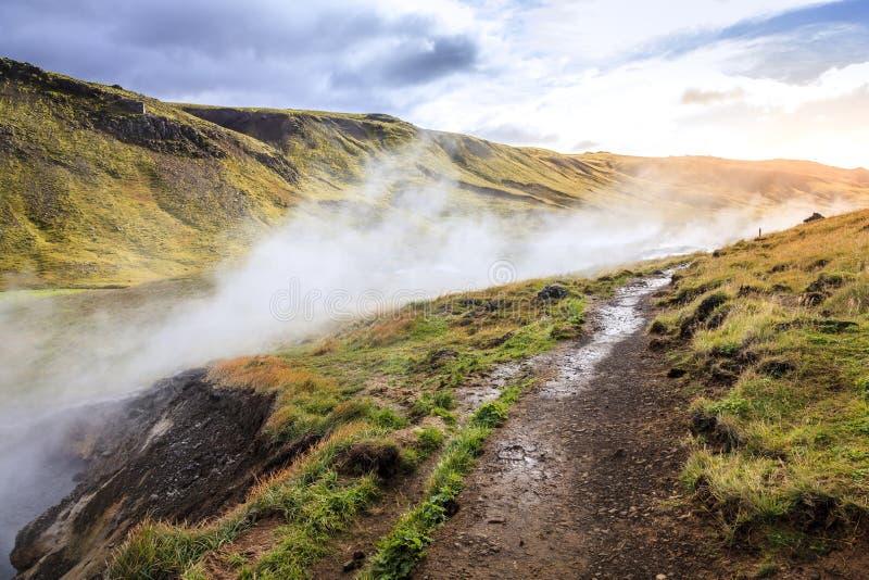Traccia del fiume della sorgente di acqua calda di Hveragerdi fotografie stock