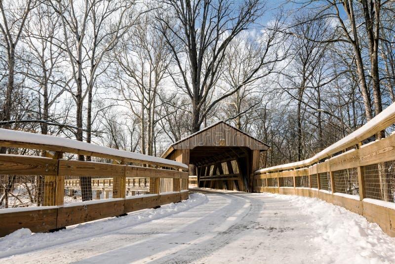Traccia del ponte coperto di Snowy fotografia stock libera da diritti