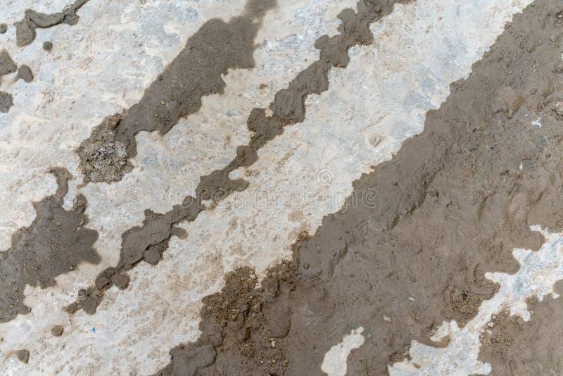 Traccia della gomma di sporcizia bagnata sul pavimento di calcestruzzo per struttura immagine stock libera da diritti