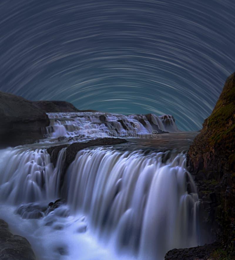 Traccia della stella con la cascata fotografia stock