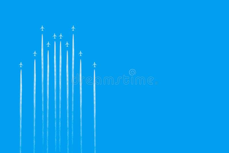 Traccia delle foglie degli aeroplani su chiaro cielo blu La vista da sotto sulle tracce da molti spiana Corsa fotografia stock