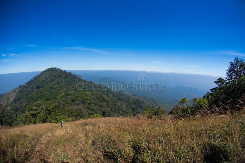 Traccia di camminata dell'itinerario di trekking del paesaggio della montagna al parco nazionale di punta del paesaggio della mon immagine stock