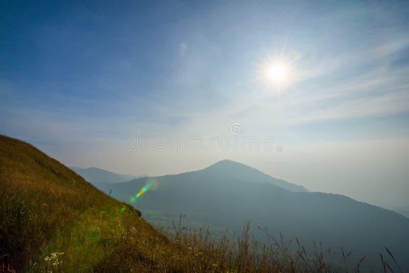 Traccia di camminata dell'itinerario di trekking del paesaggio della montagna al parco nazionale di punta del paesaggio della mon fotografia stock