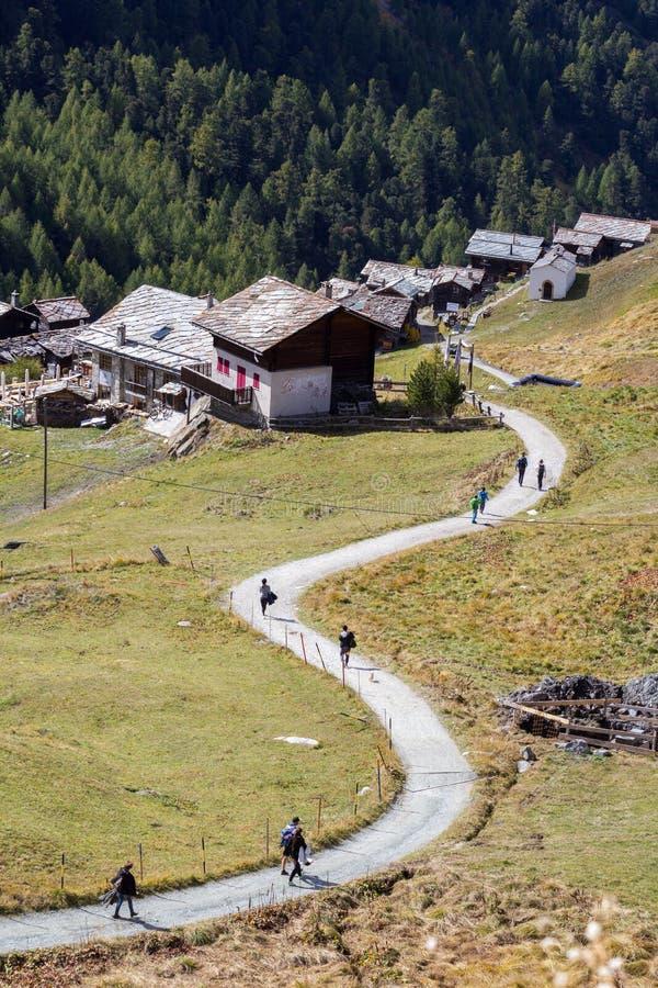 Traccia di escursione attraverso i villaggi di Findeln e di Eggen, Zermatt, Svizzera fotografia stock