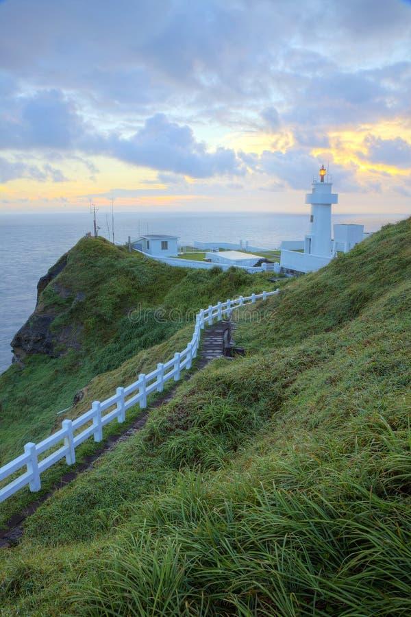 Traccia di escursione che conduce ad un faro sulla scogliera in costa nordica di Taiwan all'alba immagini stock libere da diritti