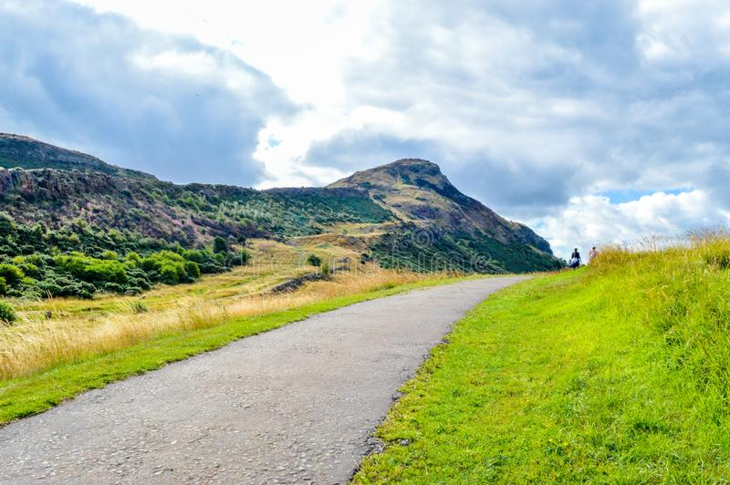 Traccia di escursione che conduce al sedile del ` s di Arthur, Edimburgo, Scozia fotografie stock libere da diritti
