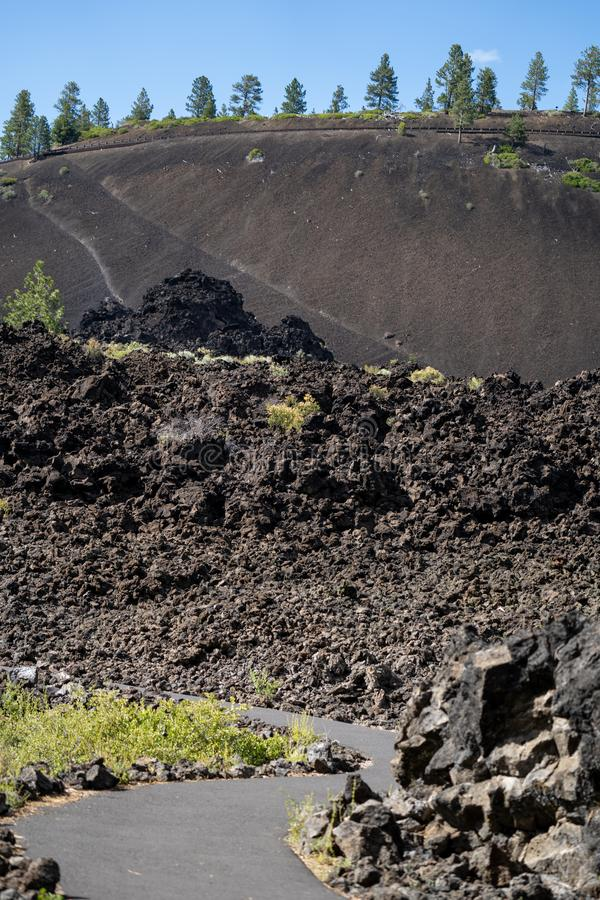 Traccia di escursione sulla traccia delle terre fuse in monumento nazionale vulcanico di Newberry nell'Oregon Orientamento del ri fotografia stock libera da diritti