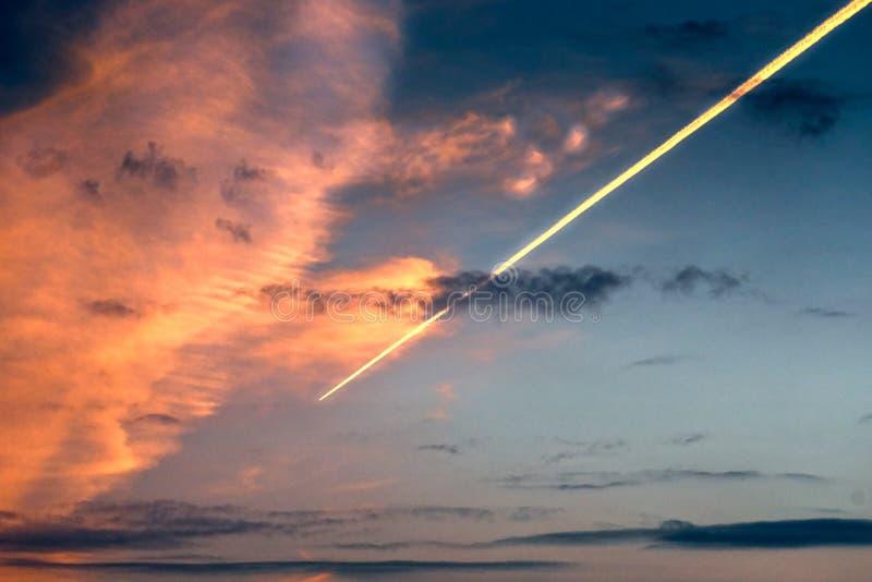 Traccia di inversione dell'aeroplano o della meteorite nel cielo fotografie stock