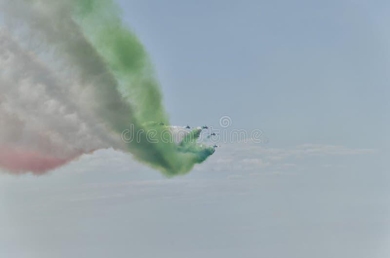 Traccia di tiraggio del fumo colorato la bandiera italiana fotografia stock