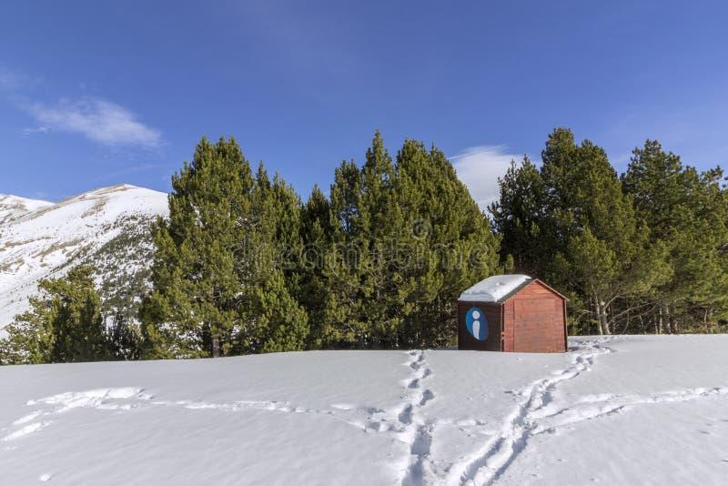 Traccia facente un giro turistico di trekking di Roc Del Quer, cabina di informazione turistica l'andorra fotografie stock