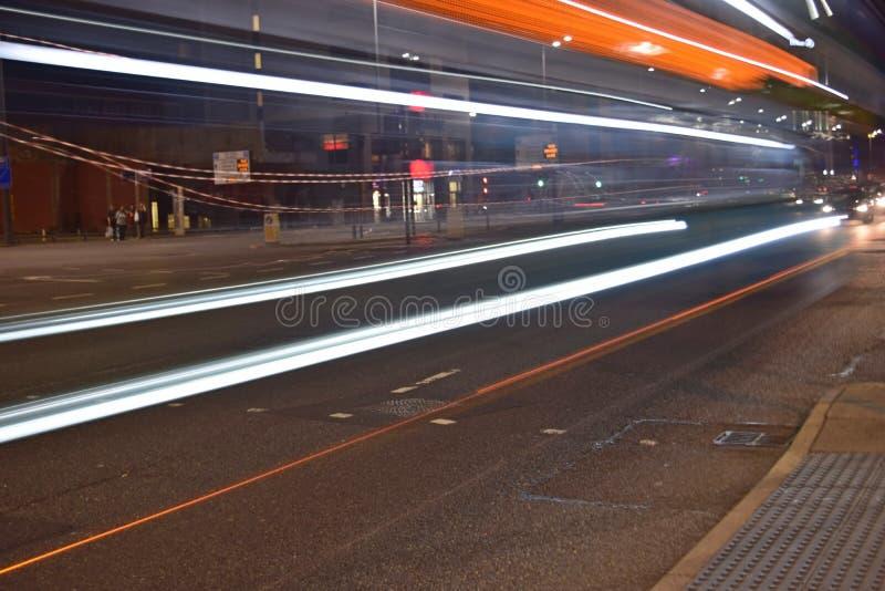 Traccia leggera sul filo nel centro urbano di Liverpool fotografie stock