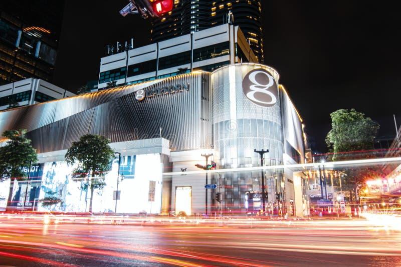 Traccia lunga della luce di esposizione di traffico davanti al grande centro commerciale nel centro di Bangkok immagini stock libere da diritti
