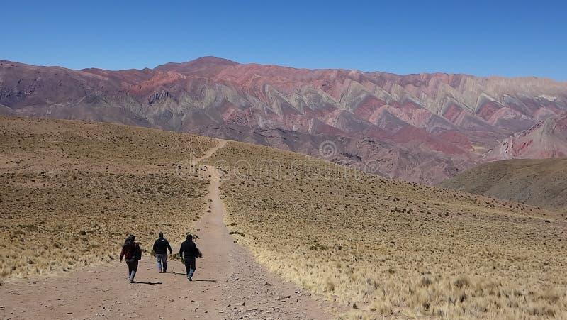 Traccia per l'arcobaleno - Cierro 14 colores/quattordici colline di colori - humahuaca, a nord dell'argentina fotografia stock libera da diritti