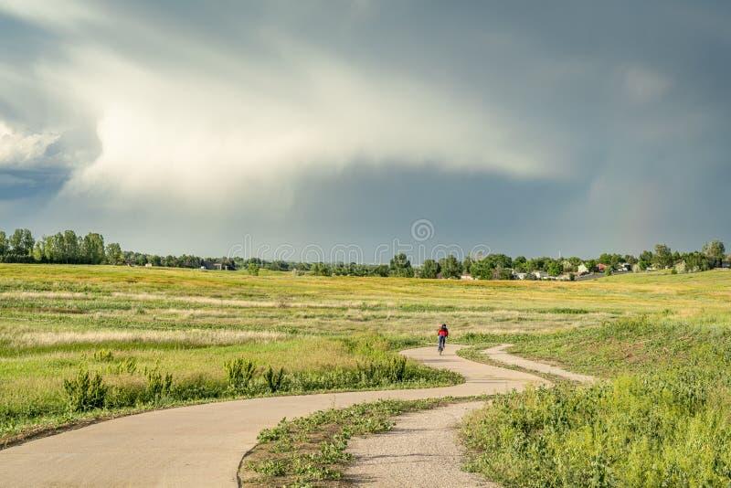 Traccia regionale della bici in colline pedemontana di Colorado fotografia stock libera da diritti